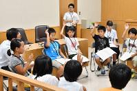 模擬裁判の評議で話し合う児童たち=高知地裁で、井上大作撮影