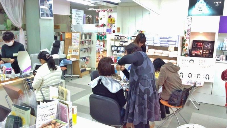 「まちゼミ」で「プロが教えるメークレクチャー講座」を行う化粧品店=筆者提供