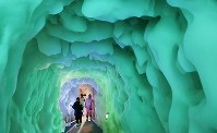 零下20度の世界を体験できる「北海道アイスパビリオン」=北海道上川町で2018年8月15日、貝塚太一撮影