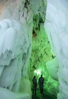 大きな氷の柱が並ぶ零下20度の館内=北海道上川町の「北海道アイスパビリオン」で2018年8月15日、貝塚太一撮影