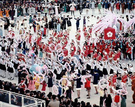 みこし、吹奏楽団、コーラス隊。開会式の主役は子どもたちだった=お祭り広場で1970年3月14日