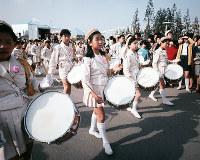 エキスポランドを行進する鼓笛隊=1970年