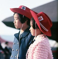 日本万国博覧会のロゴマークが入った、当時流行だったテンガロンハットをかぶる兄妹=1970年