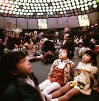 光の演出に見入る子どもたち=住友童話館で1970年