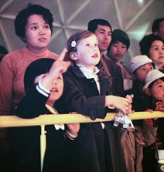 光の演出に目を輝かせる子どもたち=住友童話館で1970年