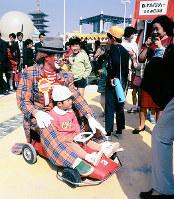 会場内の入場者と触れ合う道化師のウインピー=1970年