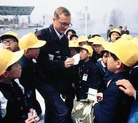 外国人を囲んでサインをねだる子どもたち=1970年