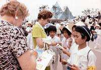 外国人を見つけてはサインをねだる子どもたち=1970年