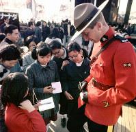 カナダの騎馬警官を囲んでサインをねだる子どもたち=1970年