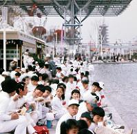 「夢の池」のほとりで弁当を食べる子どもたち=1970年