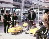 幼児を乗せるチャイルドカーは無料貸し出し=1970年