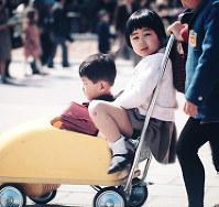 チャイルドカーに乗る姉弟=1970年