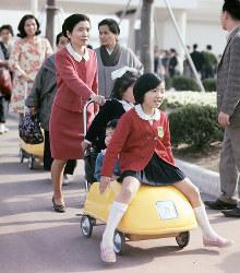 チャイルドカーに3人で乗る子どもたち=1970年