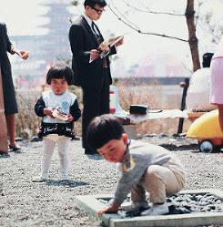 日本庭園の一角で無邪気に遊ぶ子ども=1970年