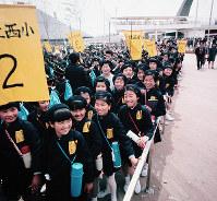 万国博会場を訪れ笑顔を見せる小学生の団体=1970年