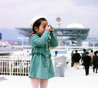万国博会場で写真を撮る女の子=1970年