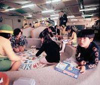 「迷い子センター」で迷い子ホステスと過ごす子どもたち=1970年
