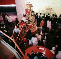 ロボットとふれ合う子どもたち=フジパン・ロボット館で1970年