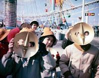 太陽の塔の顔のお面をつけて楽しそうな子どもたち=エキスポランドで1970年