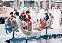 「木馬の散歩道」に乗る親子連れや子どもたち=エキスポランドで1970年