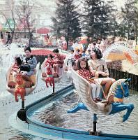 「木馬の散歩道」に乗る親子連れ=エキスポランドで1970年