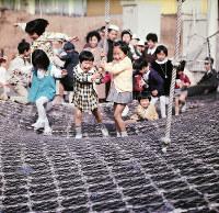 ナイロン製のロープを張りめぐらせた「ミニ・ロープスカルプチュア」に歓声を上げる子どもたち=エキスポランドで1970年