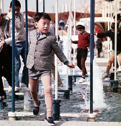 「竹渡り」をするおめかしした男の子=エキスポランドで1970年