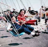 「宇宙線シャワー」に乗る子どもたち=エキスポランドで1970年