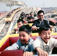 人気の「ダイダラザウルス」に乗り、歓声を上げる子どもたち=エキスポランドで1970年