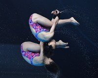 【飛び込み】 女子シンクロ10メートル高飛び込み決勝、板橋美波(奥)、荒井祭里組の4回目の演技=ジャカルタで2018年8月28日、宮間俊樹撮影