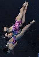 【飛び込み】 女子シンクロ10メートル高飛び込み決勝で4位に終わった板橋美波(手前)、荒井祭里組の5回目の演技=ジャカルタで2018年8月28日、宮間俊樹撮影