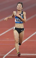 【陸上】陸上女子5000メートル決勝、4位でフィニッシュする鍋島莉奈=ジャカルタのブンカルノ競技場で2018年8月28日、徳野仁子撮影