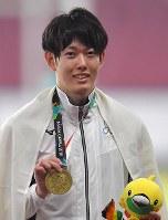 【陸上】陸上男子110メートル障害で銅メダルを獲得し笑顔の高山峻野=ジャカルタのブンカルノ競技場で2018年8月28日、徳野仁子撮影