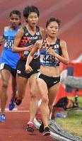 【陸上】陸上女子5000メートル決勝、4位だった鍋島莉奈(手前)と6位の山ノ内みなみ(中央)=ジャカルタのブンカルノ競技場で2018年8月28日、徳野仁子撮影