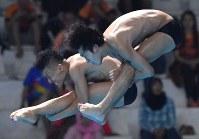 【飛び込み】 男子シンクロ3メートル板飛び込み決勝、寺内健(奥)、坂井丞組の4回目の演技=ジャカルタで2018年8月28日、宮間俊樹撮影