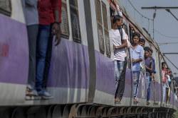 アジア最古と言われるムンバイ近郊鉄道(bloomberg)