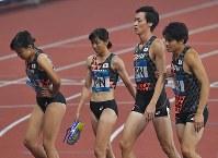 【陸上】陸上混合1600メートルリレーで5位だった(右から)第1走者の木村淳、最終走者の山下潤、第2走者の川田朱夏、第3走者の宇都宮絵莉=ジャカルタのブンカルノ競技場で2018年8月28日、徳野仁子撮影