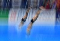 【飛び込み】 男子シンクロ3メートル板飛び込み決勝、寺内健(奥)、坂井丞組の6回目の演技=ジャカルタで2018年8月28日、宮間俊樹撮影