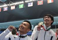 【飛び込み】 男子シンクロ3メートル板飛び込み決勝で3位に入り銅メダルを手にする寺内健(左)と坂井丞=ジャカルタで2018年8月28日、宮間俊樹撮影