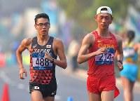 【アジア大会・陸上】陸上男子20キロメートル競歩、18キロ付近、中国の王凱華(右)と競り合う山西利和=ジャカルタで2018年8月29日、徳野仁子撮影