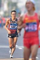 【アジア大会・陸上】陸上男子20キロメートル競歩、2位でフィニッシュする山西利和(左)。手前は優勝した中国の王凱華=ジャカルタで2018年8月29日、徳野仁子撮影