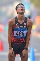 【アジア大会・陸上】陸上男子20キロメートル競歩、2位でフィニッシュし天を仰ぐ山西利和=ジャカルタで2018年8月29日、徳野仁子撮影