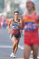 【アジア大会・陸上】陸上男子20キロメートル競歩、2位でフィニッシュする山西利和(奥)。手前は優勝した中国の王凱華=ジャカルタで2018年8月29日、徳野仁子撮影