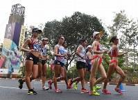 【アジア大会・陸上】陸上女子20キロメートル競歩、2キロ付近を行く岡田久美子(左端)ら先頭集団=ジャカルタで2018年8月29日、徳野仁子撮影