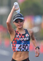 【アジア大会・陸上】陸上女子20キロメートル競歩、レース中に水をかぶる岡田久美子=ジャカルタで2018年8月29日、徳野仁子撮影