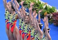 【アーティスティックスイミング】 チーム・フリールーティンで演技を終えて観客の声援に応える2位に入った日本代表の選手たち=ジャカルタで2018年8月29日、宮間俊樹撮影