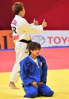 【柔道】 柔道女子48キロ級決勝で敗れた近藤亜美(手前)=ジャカルタで2018年8月29日、宮間俊樹撮影