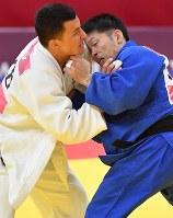 【柔道】 柔道男子60キロ級決勝で敗れた志々目徹(右)=ジャカルタで2018年8月29日、宮間俊樹撮影