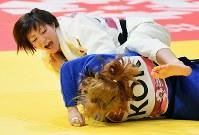 【柔道】 柔道女子52キロ級決勝で相手を投げる角田(左)=ジャカルタで2018年8月29日、宮間俊樹撮影
