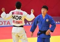 【柔道】 柔道男子66キロ級決勝で敗れた丸山城志郎(右)=ジャカルタで2018年8月29日、宮間俊樹撮影